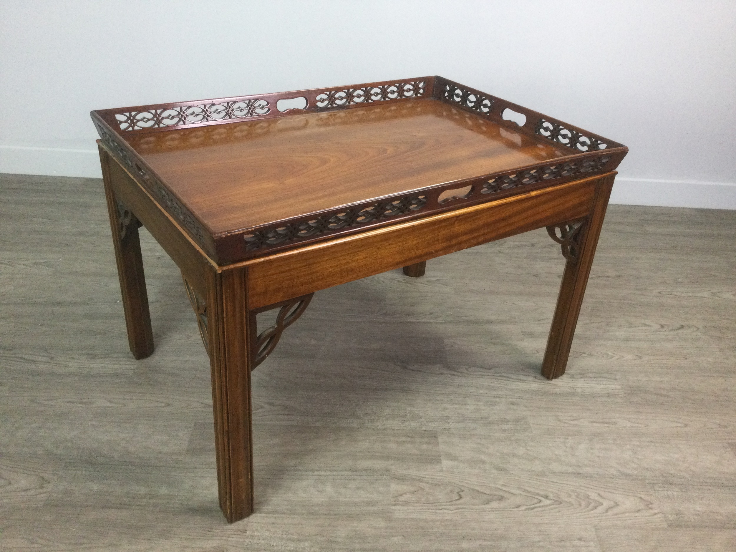A MAHOGANY TRAY TOP OCCASIONAL TABLE OF CHIPPENDALE DESIGN