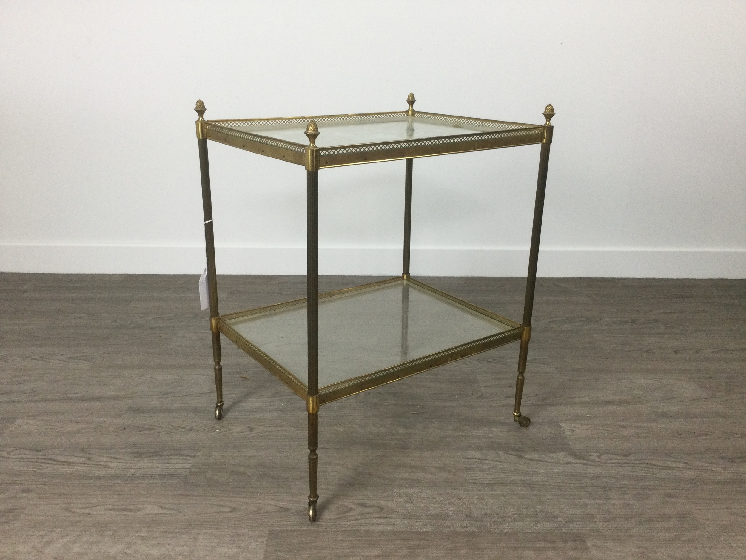 AN EARLY 20TH CENTURY BRASS SERVING TROLLEY