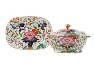 AN EARLY 19TH CENTURY ENGLISH PORCELAIN SUGAR BOWL, COVER AND STAND