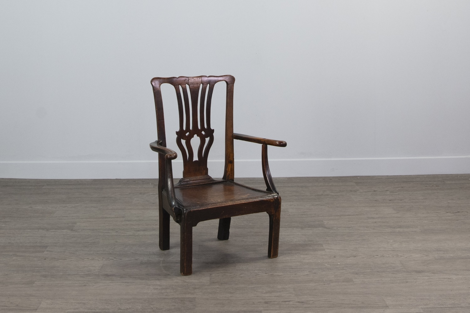 A GEORGE III CHILDS' ELM AND OAK OPEN ELBOW CHAIR - Image 2 of 2