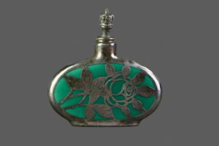 AN EARLY 20TH CENTURY SILVER OVERLAID GREEN HARDSTONE SCENT BOTTLE