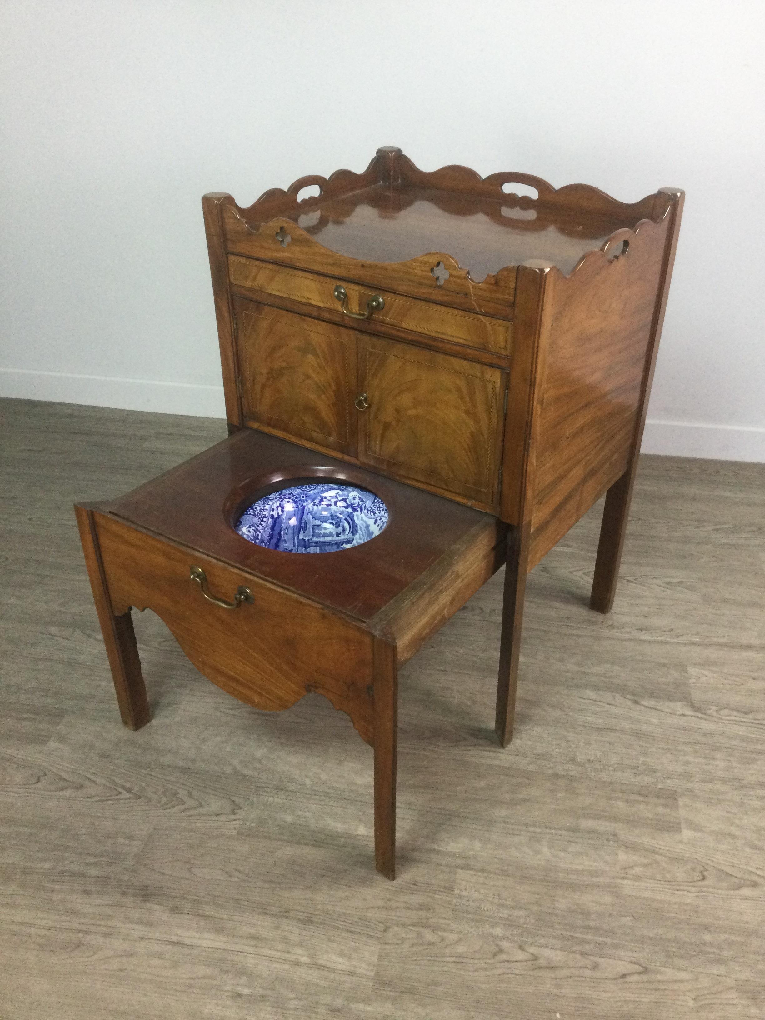 A 19TH CENTURY MAHOGANY TRAY TOP BEDSIDE COMMODE - Image 2 of 4