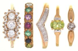 A VICTORIAN STYLE REGARD RING (DEAREST) AND FOUR OTHER GEM SET RINGS, EACH IN GOLD OR GOLD MARKED