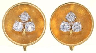 A PAIR OF DIAMOND EARRINGS, C1960, THE THREE ROUND BRILLIANT CUT DIAMONDS BEFORE CONCAVE GOLD
