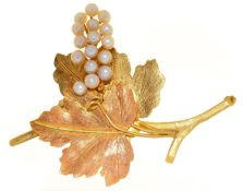 A CULTURED PEARL AND TWO COLOUR GOLD GRAPES BROOCH, C1970, 76MM, INDISTINCT LOZENGE SHAPED MAKER'