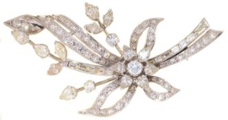 A DIAMOND SPRAY BROOCH, LATE 20TH CENTURY, WITH PEAR SHAPED NAVETTE, BAGUETTE AND ROUND BRILLIANT
