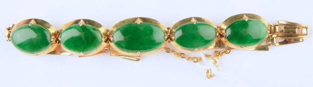 A SOUTH EAST ASIAN JADE SET GOLD BRACELET, APPROXIMATELY 13CM L, MARKED 14, 8.9G Good condition