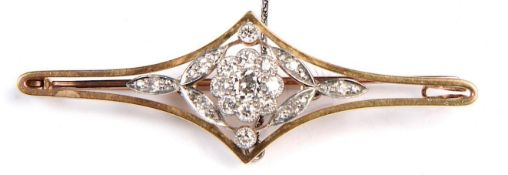 A DIAMOND BROOCH, C1900, MILLEGRAIN SET IN GOLD WITH GOLD PIN, 59MM L, CENTRAL CLUSTER 9MM,