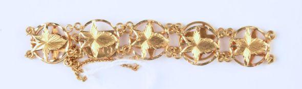 A SOUTH EAST ASIAN GOLD BRACELET OF PIERCED LEAF SHAPED LINKS, 15CM L, UNMARKED, 9.2G Good