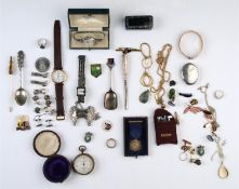 MISCELLANEOUS COSTUME JEWELLERY, TO INCLUDE A BLACK ONYX SET SILVER SIGNET RING, A VICTORIAN GILT