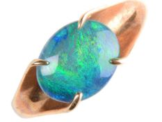 A BLACK OPAL DOUBLET RING IN 9CT GOLD, BIRMINGHAM 1970, 2.8G, SIZE P Good condition