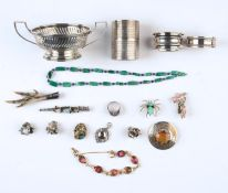 MISCELLANEOUS COSTUME JEWELLERY, INCLUDING BROOCHES AND RINGS AND A SILVER TWO HANDLED BOWL HOLDER