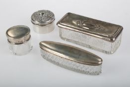 AN EDWARDIAN SILVER TRINKET BOX AND DIE STAMPED COVER, 43MM DIA, BY SYNYER AND BEDDOES, BIRMINGHAM