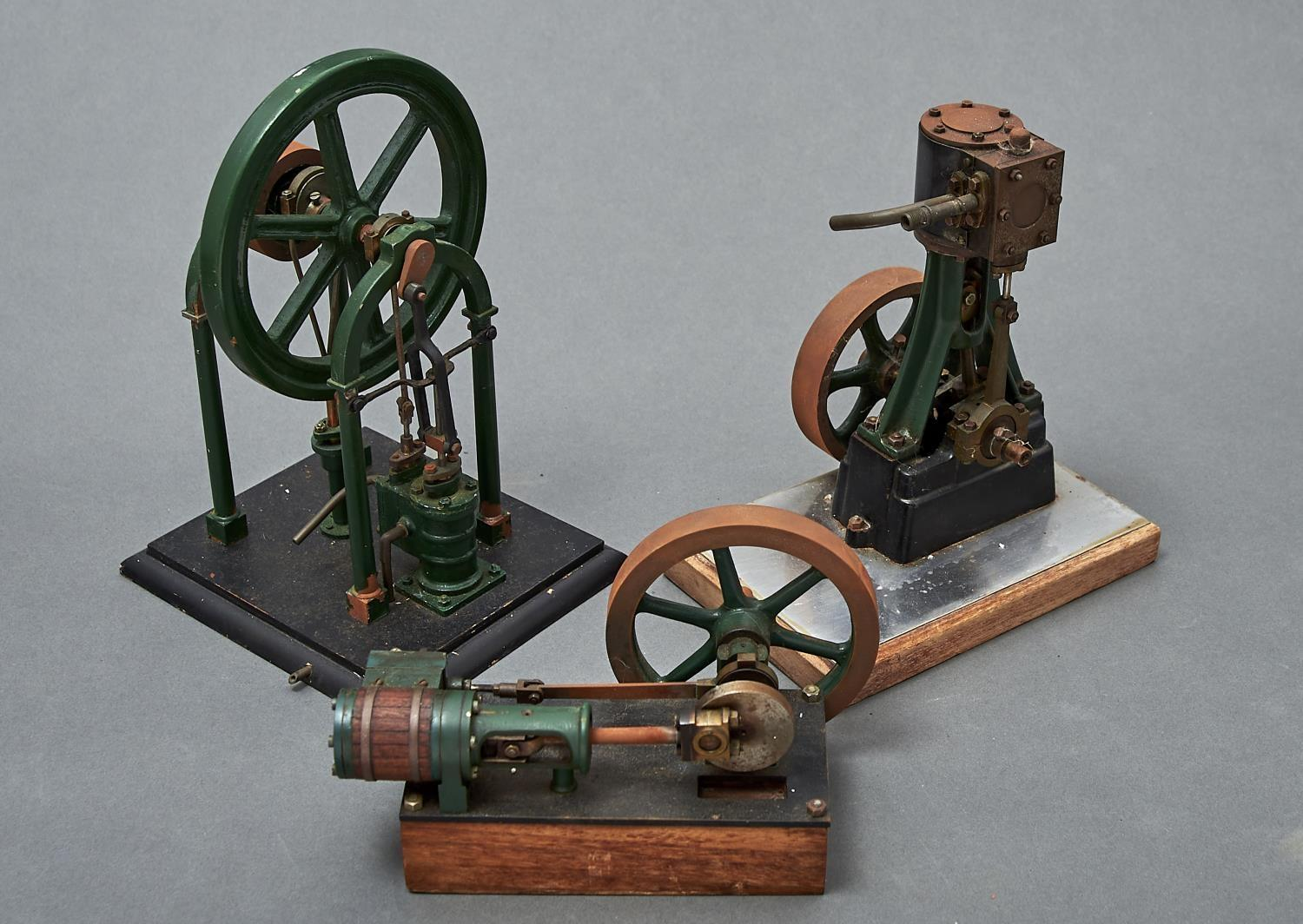 A MODEL STATIONARY STEAM ENGINE, FIRST HALF 20TH C, OF BRASS, COPPER AND GREEN PAINTED FERROUS METAL