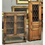 A REPRODUCTION OAK LEAD GLAZED BOOKCASE, THIRD QUARTER 20TH C, THE TOP ABOVE A LUNETTES CARVED