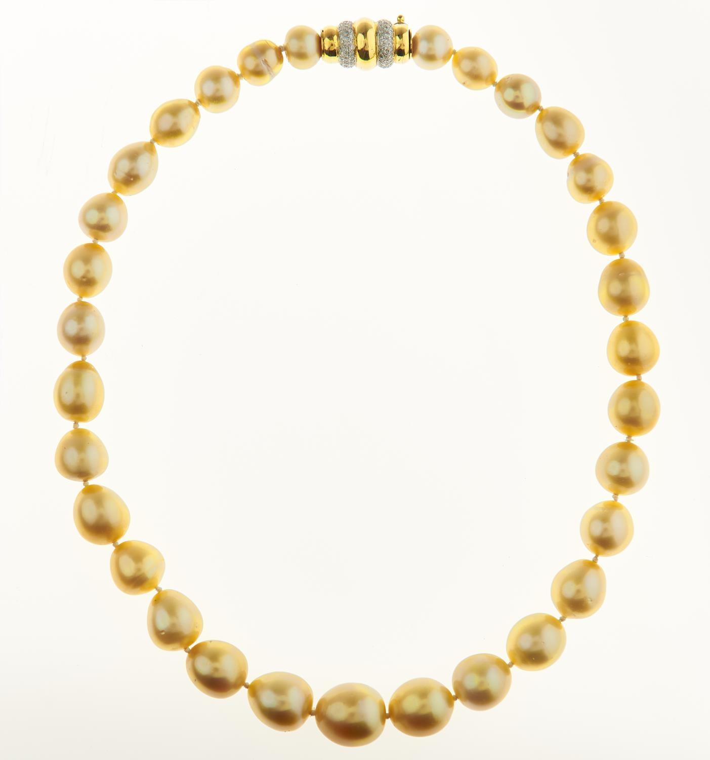 A GOLDEN SOUTH SEA CULTURED PEARL NECKLACE, THE SINGLE STRAND OF THIRTY ONE OVAL AND DROP SHAPED