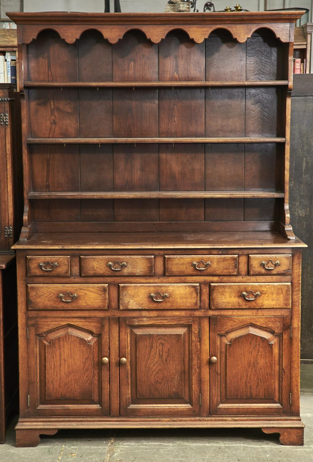 A REPRODUCTION OAK DRESSER IN GEORGE II STYLE, THIRD QUARTER 20TH C, FLARED CORNICE, SHAPED APRON