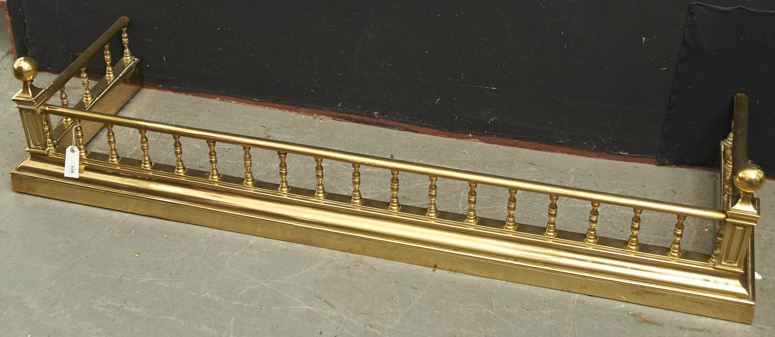 A VICTORIAN BRASS FENDER, C1880, THE PANELLED SQUARE FRONT POSTS WITH BALL FINIALS, PILLAR GALLERIES