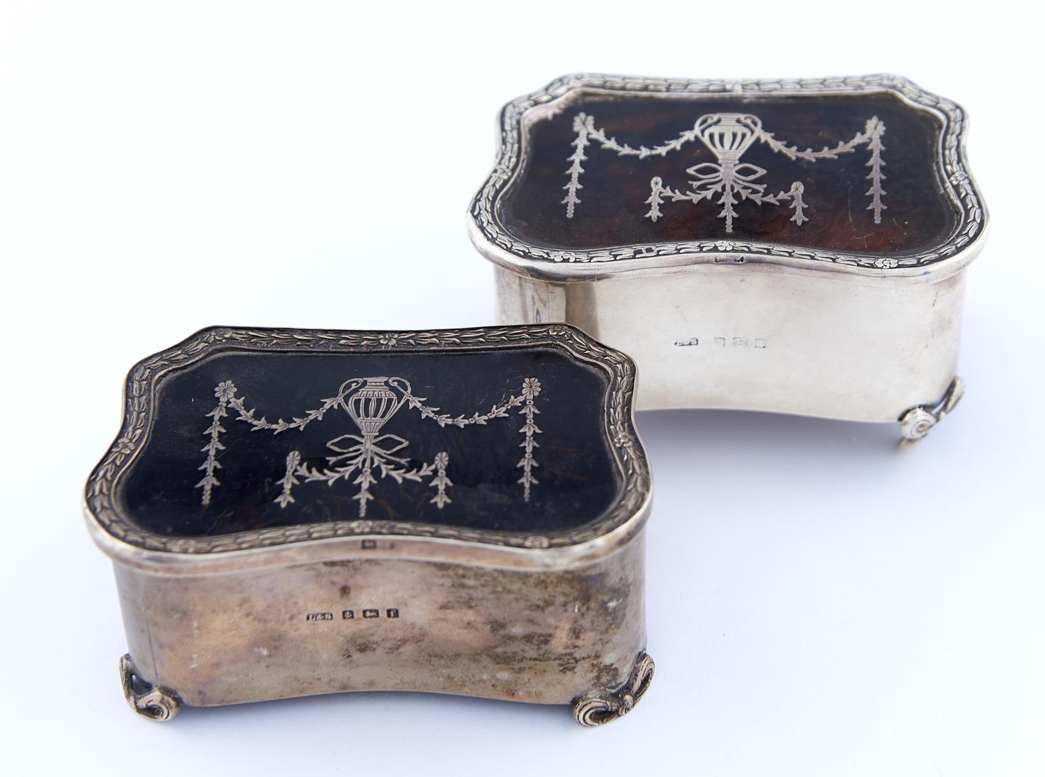 A PAIR OF EDWARD VII COMMODE SHAPED SILVER TRINKET BOXES WITH SILVER INLAID TORTOISESHELL INSET