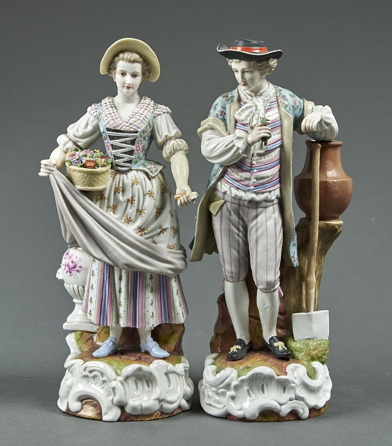 A PAIR OF SITZENDORF FIGURES OF GARDENERS, EARLY 20TH C, AS A YOUNG MAN HOLDING A POSY AND RESTING