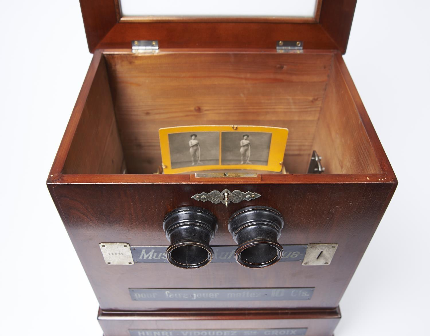 A FINE AND RARE SWISS COIN-IN-THE-SLOT MUSICAL STEREOSCOPE, HENRI VIDOUDEZ, C1885, THE MECHANISM - Image 4 of 5
