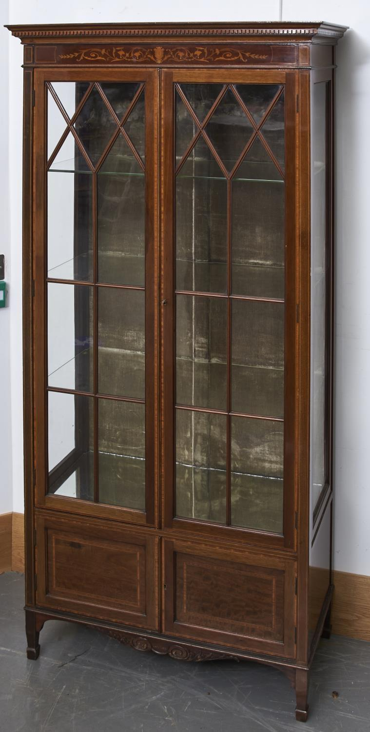 AN EDWARDIAN SHERATON REVIVAL MAHOGANY DISPLAY CABINET, C1905, THE FLARED CORNICE DENTIL MOULDED