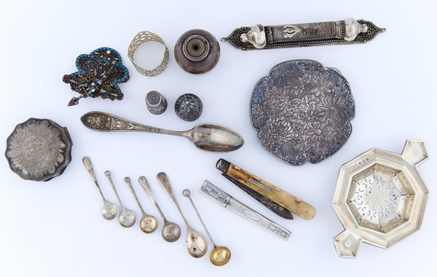 A SILVER TEA STRAINER AND MISCELLANEOUS OTHER ENGLISH AND FOREIGN SILVER ARTICLES, TO INCLUDE ONE