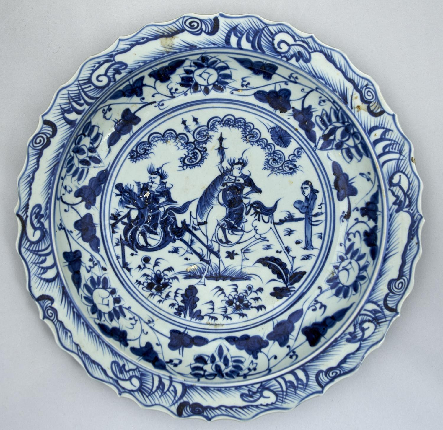 A CHINESE BLUE AND WHITE DISH, 20TH C, PAINTED IN MING STYLE WITH TWO MOUNTED FIGURES AND AN