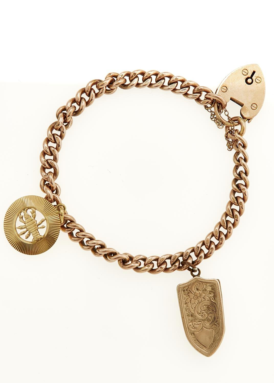 A 9CT GOLD CURB BRACELET AND PADLOCK MOUNTED WITH A GOLD SCORPION CHARM AND BASE METAL LOCKET,