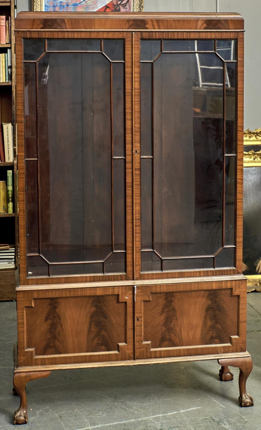 A DISPLAY CABINET IN GEORGE III STYLE, C1930, THE CADDY TOP ABOVE A FIGURED FRIEZE AND PAIR OF