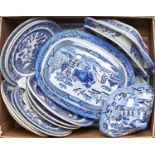 MISCELLANEOUS VICTORIAN AND LATER BLUE AND WHITE TRANSFER PRINTED WILLOW PATTERN DINNER WARE, TO