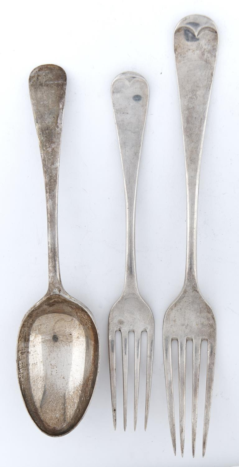A GEORGE V TABLE SERVICE, OLD ENGLISH PATTERN, COMPRISING SIX TABLE FORKS, FIVE DESSERT FORKS, SIX - Image 2 of 2