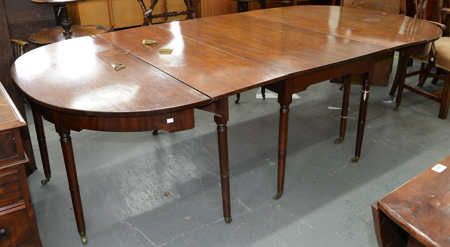 A GEORGE IV MAHOGANY DINING TABLE, EARLY 19TH C, ON TWELVE SLENDER RING TURNED TAPERING LEGS AND