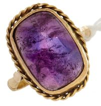 A purple cabochon ring, in gold, 6.2g, size S