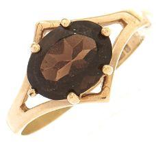 A 9ct gold garnet ring, 1.6g, size L