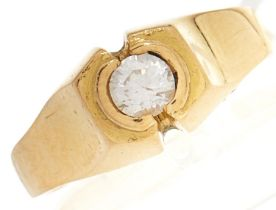 A cubic zirconia ring, in gold, 4.2g, size L