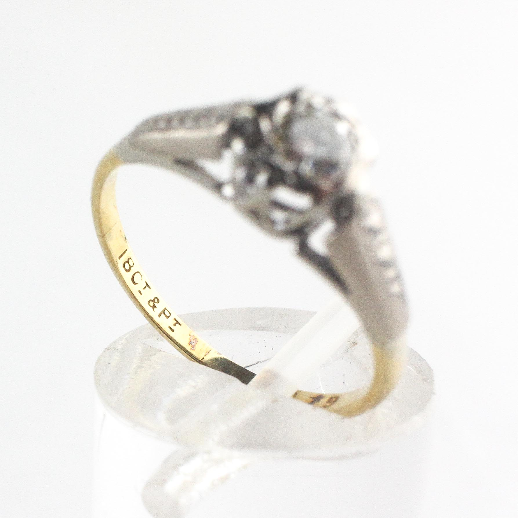 A yellow and white metal ring. Illusion set with a round brilliant cut diamond - Image 4 of 4