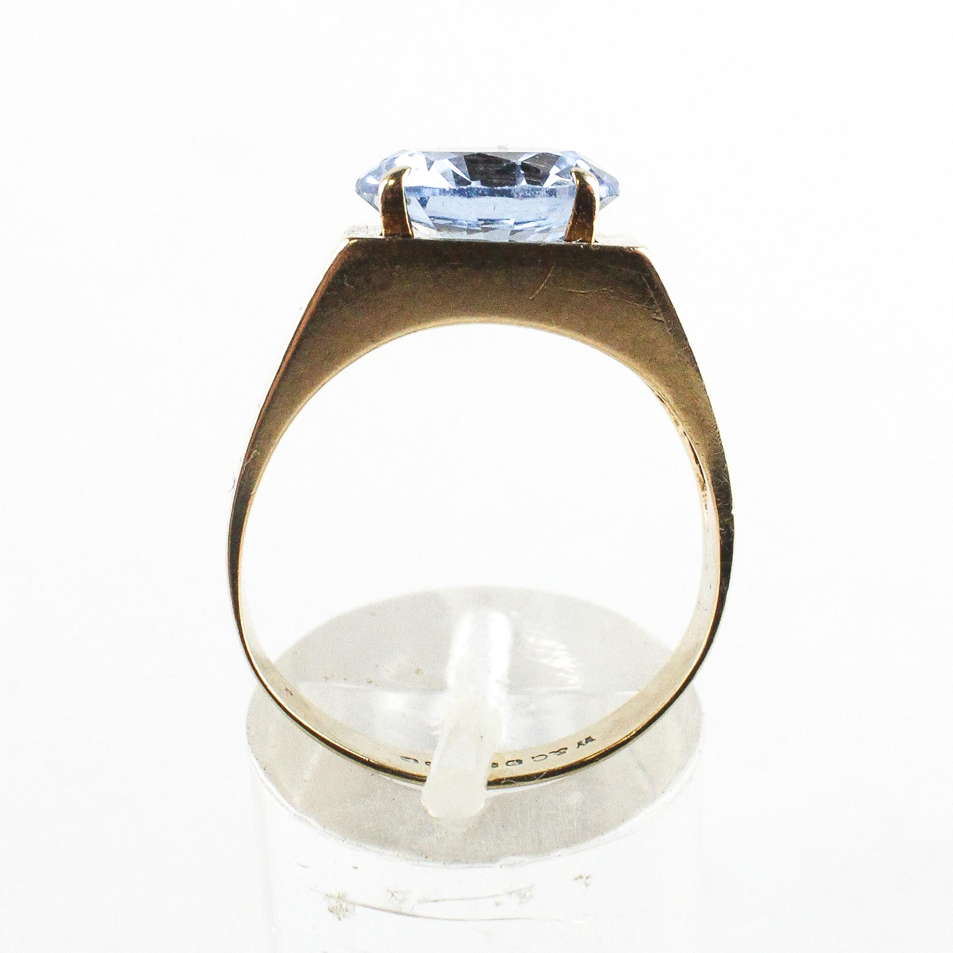 A yellow metal ring set with a 10mm round cut synthetic blue spinel. - Image 3 of 4