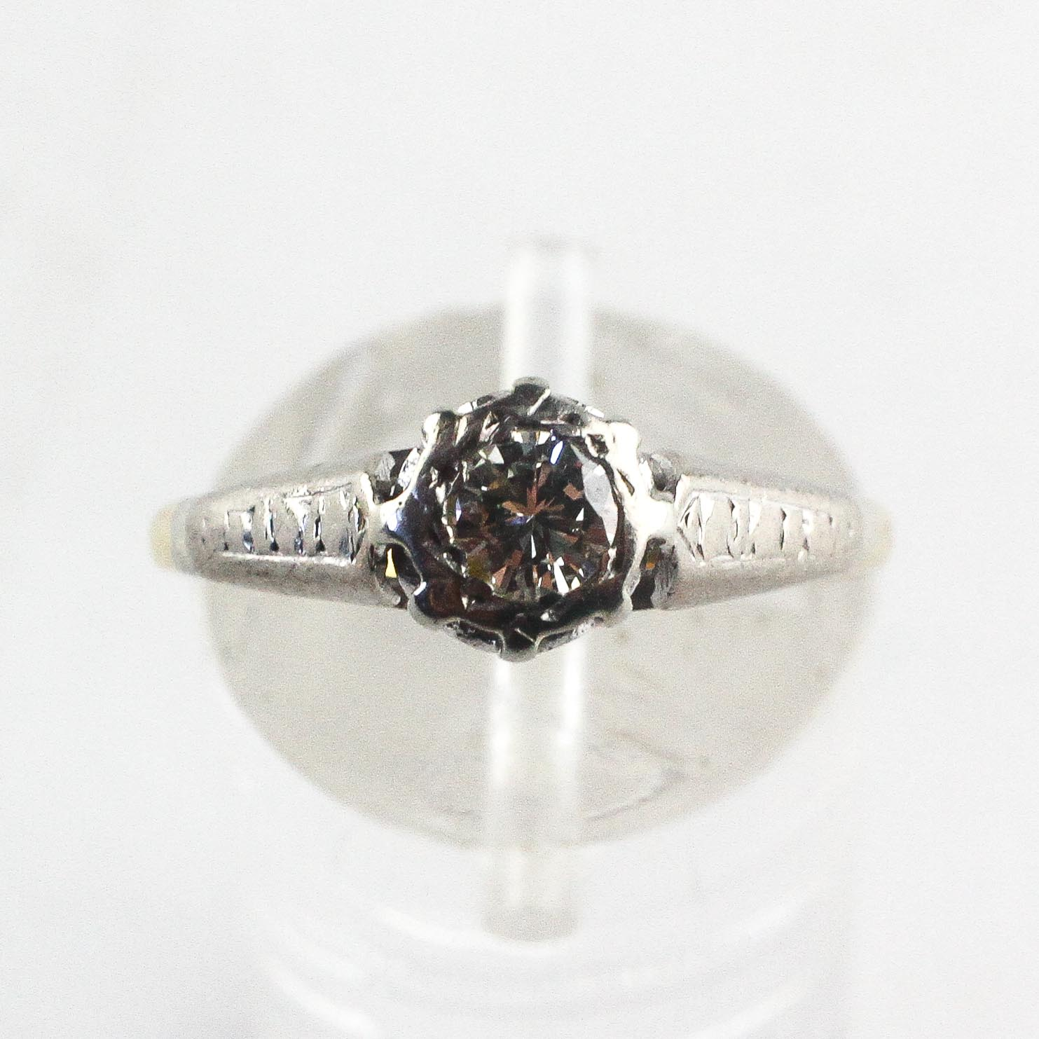 A yellow and white metal ring. Illusion set with a round brilliant cut diamond - Image 2 of 4