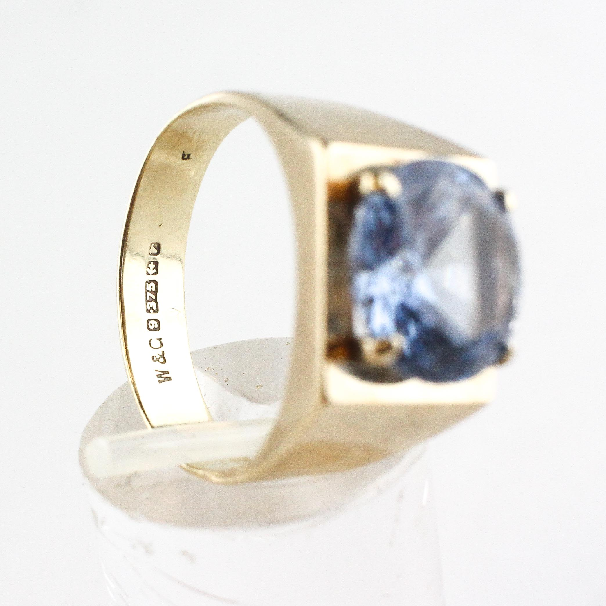 A yellow metal ring set with a 10mm round cut synthetic blue spinel. - Image 4 of 4