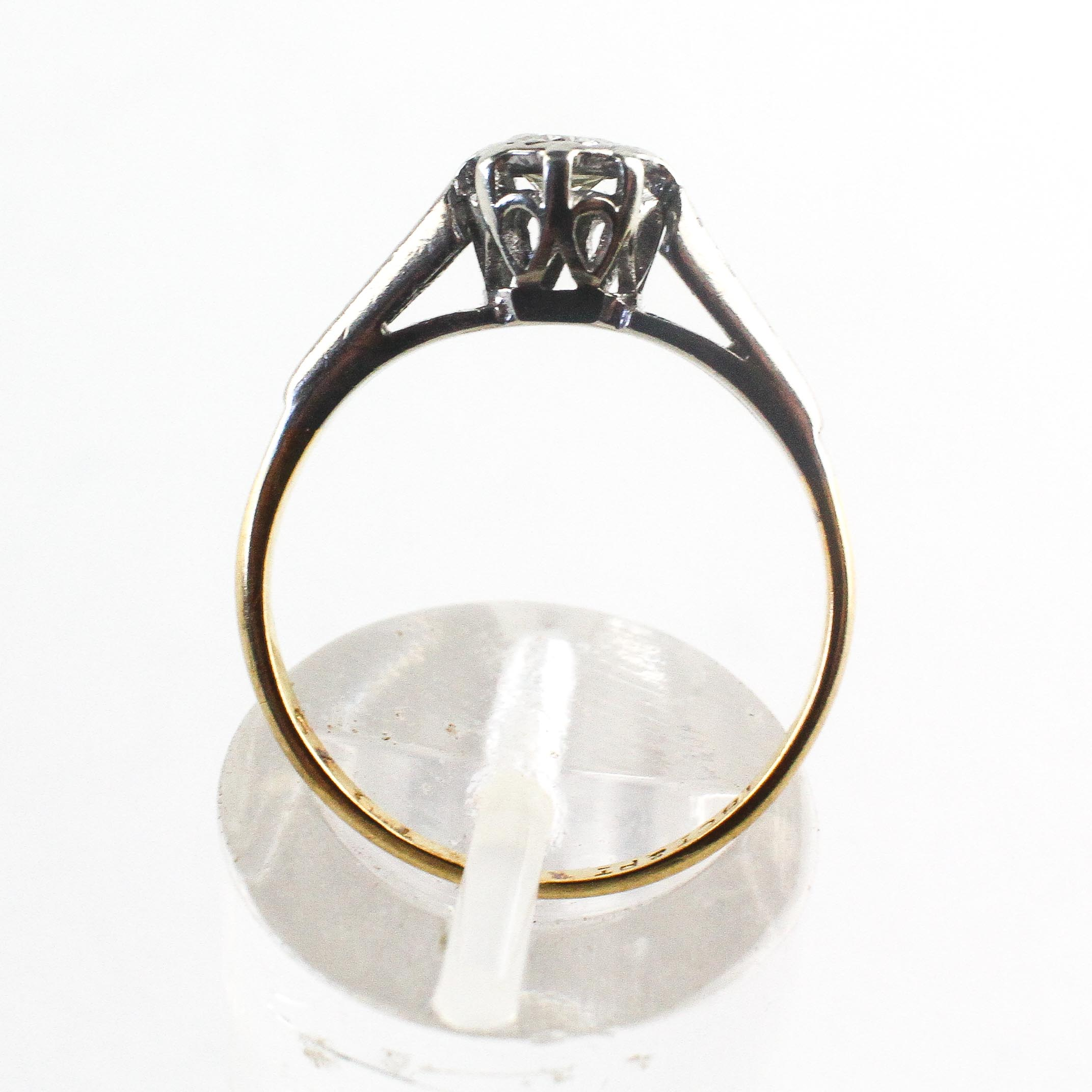 A yellow and white metal ring. Illusion set with a round brilliant cut diamond - Image 3 of 4