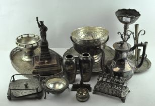 An assortment of silver plated wares, to include an ornate six slice silver toast rack,
