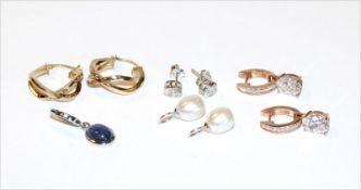 Silberschmuck-Konvolut, teils vergoldet: 3 diverse Ohrstecker und 2 Perleneinhänger, sowie ein Anhän