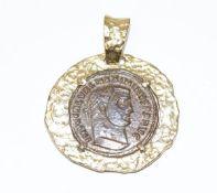 Anhänger, Römische Münze in Silber/vergoldeter Fassung, gehämmerte Optik, D 3 cm, leicht berieben