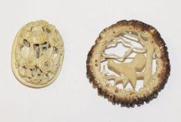 Brosche mit Hirschhornrose beschnitzt, Auerhahn, D 5,5 cm, und Bein Brosche mit plastischem Blumende