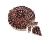 Granat-Brosche, 19. Jahrhundert, sehr schöne Handarbeit, 5,5 cm x 3,2 cm, paar kleine Steine fehlen,