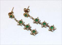 Paar dekorative 9 k Gelbgold Ohrstecker mit 8 Smaragden und 32 Diamanten, L 3,5 cm