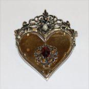 Dekorativer Trachten-Anhänger/Brosche, 835 Silber/vergoldet, Herzform mit Granat und Perle, 5 cm x 4