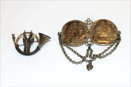 Silber Trachtenschmuck: Brosche in Form eines Jagdhorns mit plastischem Rehbockkopf, B 4 cm, und