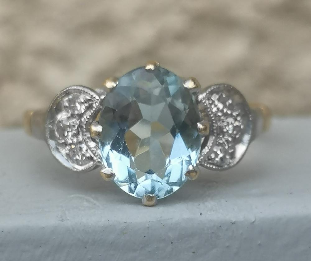 An aquamarine & diamond set 18ct gold ring. Finger size N/O.